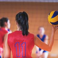 Mulheres que jogam o voleibol