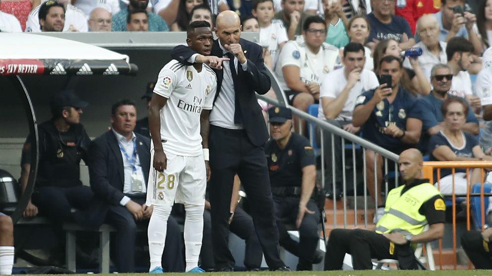 Zidane orienta Vinícius (Imagem: Apo Caballero)