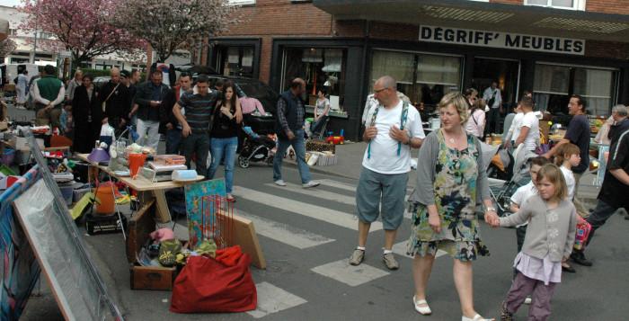 """Brocante rue de Saint Quentin à Arras Les exposants sont des particuliers : Un grand """"vide grenier"""" aussi agréable à parcourir pour chiner que pour se balader.  A Arras sud, régnaient jadis de nombreuses animations comme la retraite aux flambeaux et le feu d'artifice sur le Rietz, et l'on ne peut que se réjouir de l'initiative de ces commerçants qui prennent sur leur temps libre pour maintenir et développer la vie de quartier !  arras_brocante_quentin_02.jpg La météo fût plutôt clémente malgré quelques gouttes de pluie qui auront occasionné plus de peur que de mal !  arras_brocante_quentin_03.jpg  La brocante de la rue de Saint-Quentin c'est désormais une manifestation à noter dans son agenda : Un incontournable pour les brocanteurs, les chineurs et les promeneurs !"""