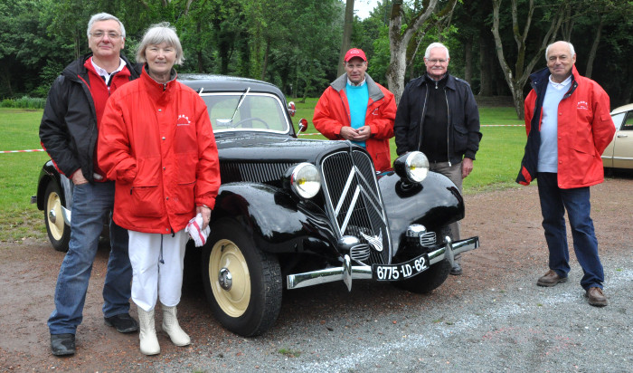 Ravera et ses voitures anciennes.