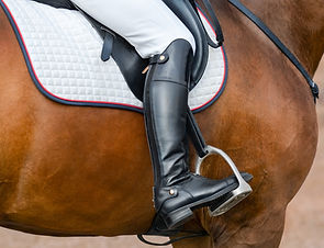 jockey-riding-boot-in-the-stirrup-Z6QHR2
