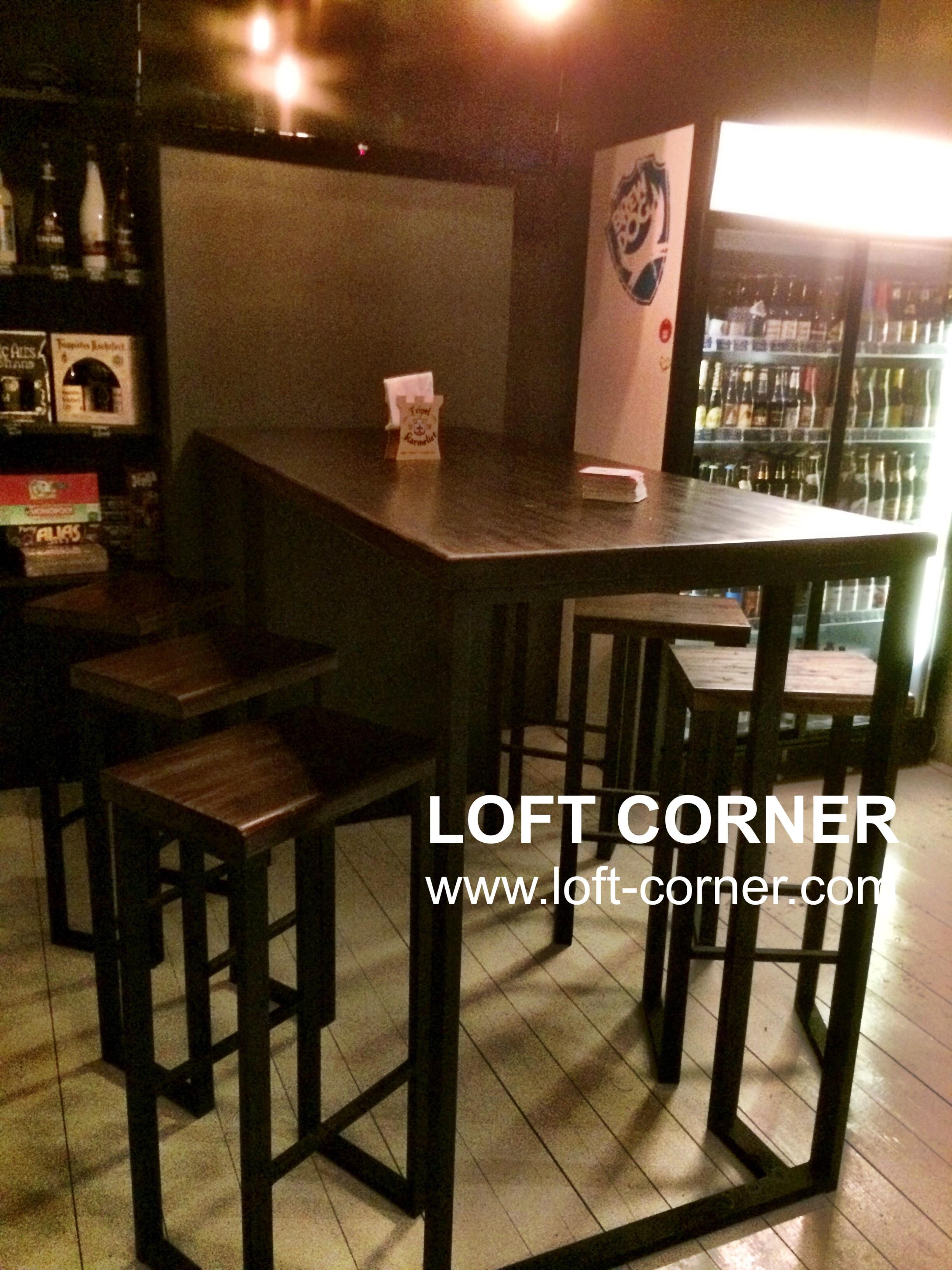 Барный стол лофт в интерьере крафтового бара, большой барный стол лофт, мебель для бара индастриал,