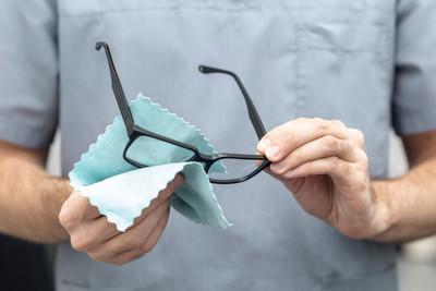 Os melhores produtos para limpar lentes de óculos.