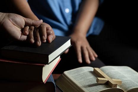 grupo-familiar-estan-rezando-juntos-mesa