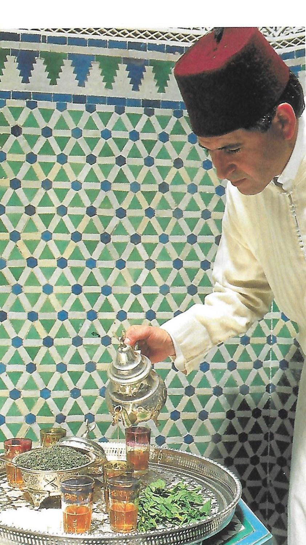 Ce thé vert Gunpowder est d'excellente qualité. Il s'agit du thé vert utilisé par les Marocains pour préparer le célèbre thé à la menthe!   La particularité de ce thé vert est qu'il est délicatement enroulé sur lui-même. Dès qu'il est mis en infusion dans l'eau, les feuilles de thé enroulées se déroulent et se déploient pour diffuser ses arômes subtilement amers. Son goût s'associe très bien avec la menthe, mais il peut être consommé nature. De plus, ce thé a la propriété de favoriser la digestion.