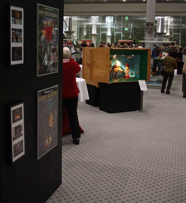 Die Augsburger Puppenkiste ist auf der Ausstellung mit drei Kisten vertreten, in denen eine kleine Auswahl an Vertretern ihrer reichhaltigen Marionetten-Schätze aufgebaut sind.
