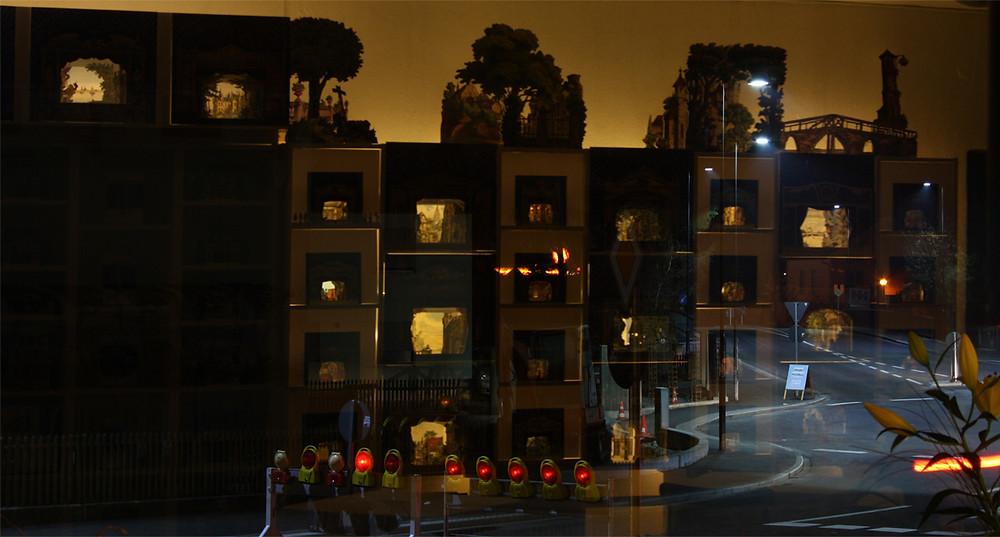 Dieses Foto entstand am Abend des Tages nach der Eröffnung unserer Räumlichkeiten. Auf unserer Shop-Seite findet sich eine ganze Galerie mit Fotos von der Eröffnung: Multum in Parvo Papiertheater