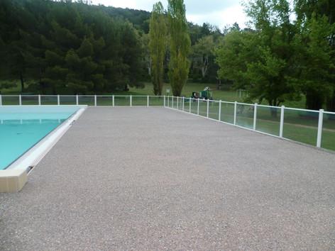 Plage piscine en microbéton désactivé