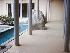 Plage piscine en béton sablé