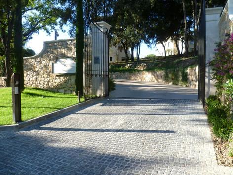 Entrée villa avec pavés anciens