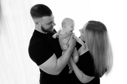 family portrait of a mum, dad and baby boy for their 5 month session with starspeckled hearts photography in aldershot hampshire