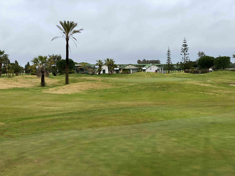 Hoyo 8 y casa club Family Golf Park