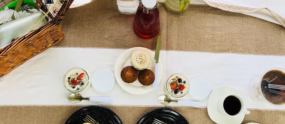 En tu canasta de pic-nic encontraras delicias como; müesslie de yoguhrt de vainilla, se millas y frutas, pan hecho en casa, muffin ingles de tocino con queso crema y té helado negro hecho en casa.
