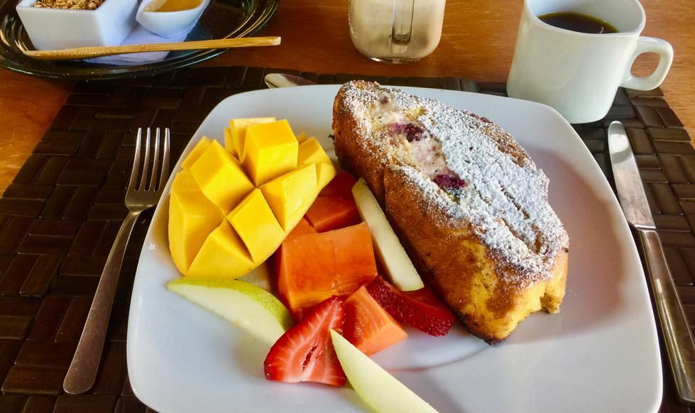 Pan francés, hecho en casa, relleno de queso crema y berries.