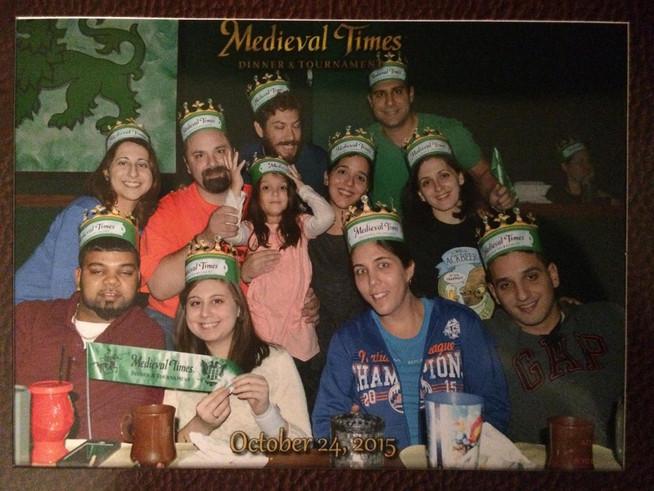 Fun at Medieval Times with Tom's siblings, our niece and friends.   Disfrutando Medieval Times con nuestra sobrina, los hermanos de Tom, y amigos.