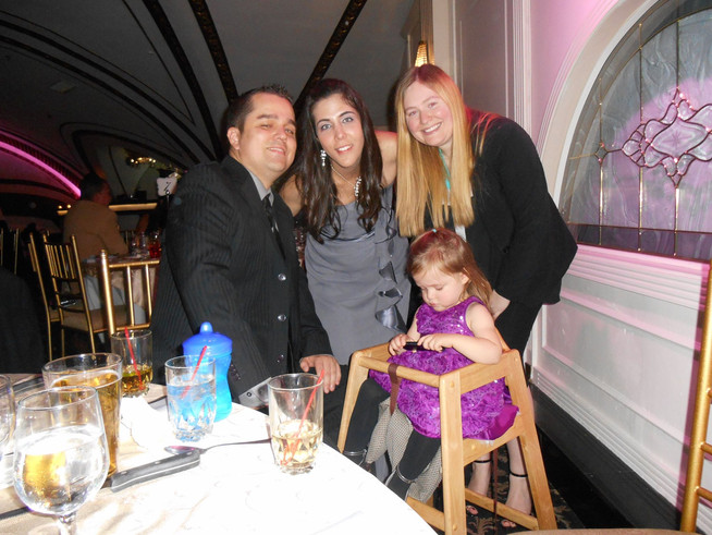 Anna with her brother's family at a  friend's wedding   Celebrando la boda de unos amigos con la familia del hermano de Anna