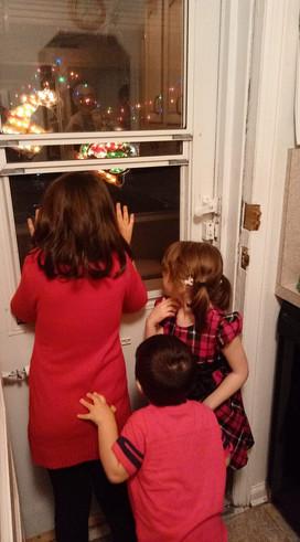 Our nieces and nephew looking for Santa.  Nuestros sobrinos buscando a Santa.