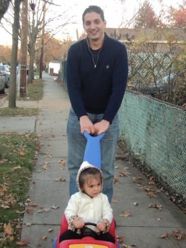 Tom giving his niece a boost.  Tom andando con nuestra sobrina.