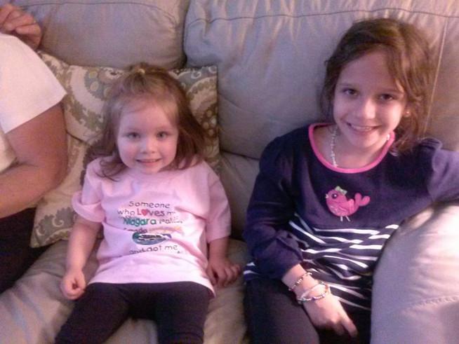 Hanging out with our nieces.  Pasando un rato con nuestra sobrinas.