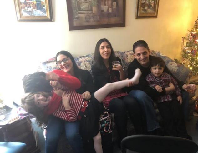 Christmas Eve with our nieces and nephew and sister.   Nochebuena con nuestros sobrinos y la hermana de Tom.
