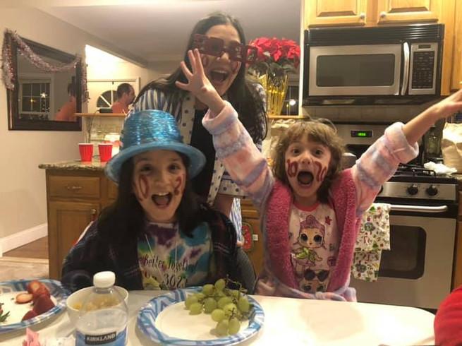Our nieces ringing in the New Year at our house with Tom's sister.  Nuestras sobrinas con la hermana de Tom celebrando el Año Nuevo