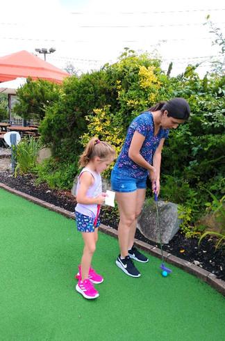 Playing mini golf with our niece  Jugando el minigolf con nuestra sobrina