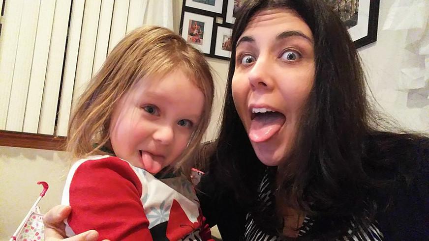 Being silly with our niece.  Siendo graciosas con nuestra sobrina.