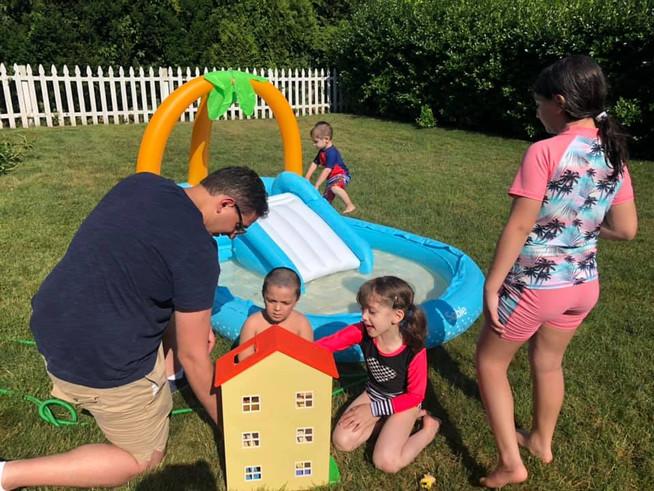 Tom playing with the nieces and nephews at his sister's house.  Tom jugando con nuestros sobrinos en la casa de su hermana.