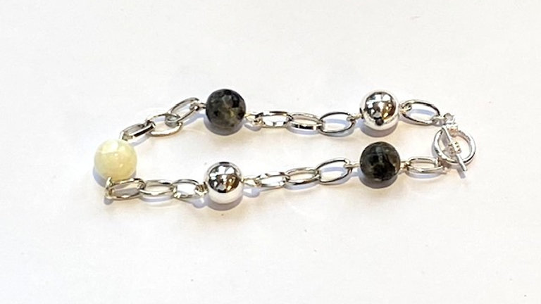 Dark grey agate, silver and mother of pear bracelet