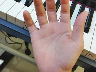 หลายคนบ่นว่านิ้วสั้นทำให้เล่นเปียโนลำบาก...
