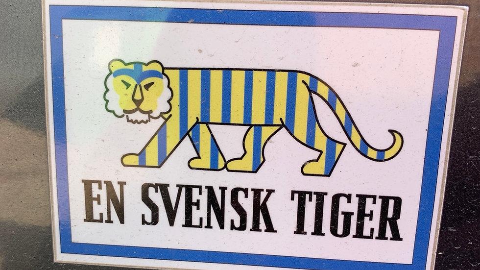 Klisterdekal En Svensk Tiger 12 x 8,8 cm