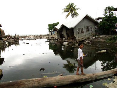 Child in flooded area in the Philippines (Mathias Eick EU/ECHO)