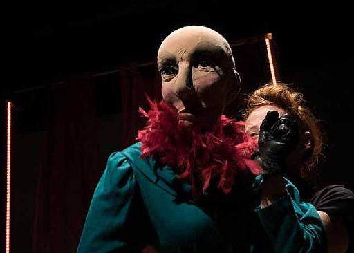 Jessica Leonello e un suo puppet in Nuovo Eden