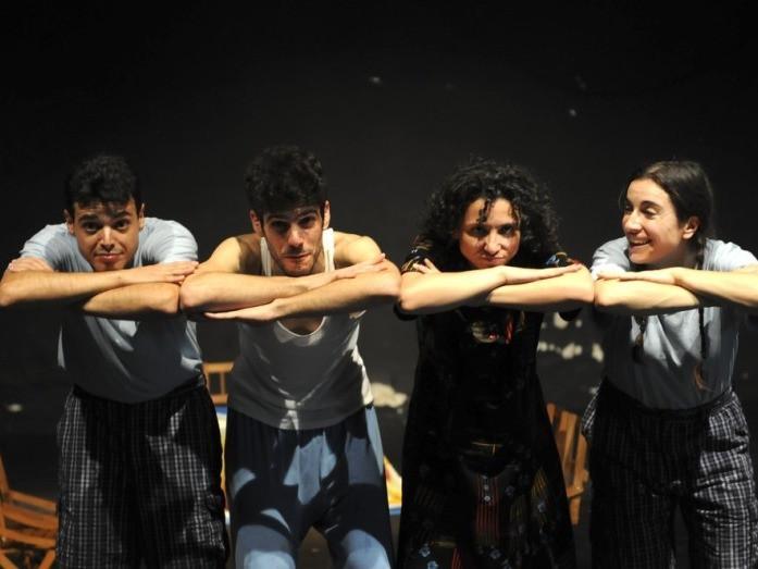 Gli attori della compagnia in scena al Teatro della Tosse