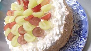 今日はお誕生日をお祝いしました。お手製、抹茶と旬のぶどうのデコレーションケーキです。