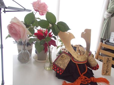 こどもの日です。五月人形の兜とバラの花。
