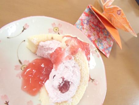 暖かな日がつづいています。おやつも春らしく、いちごのロールケーキです。
