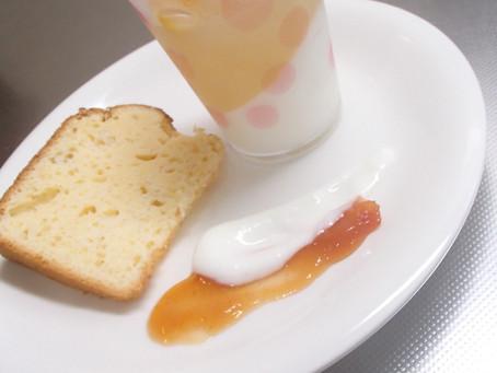 本日のおやつは、レモンシフォンケーキとアイスクリームをトッピングしたパフェです。