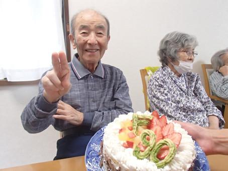 本日お誕生日のお客様、満面の笑みですね。90歳の大台です。いくつになってもお誕生日のお祝いは嬉しいものです。
