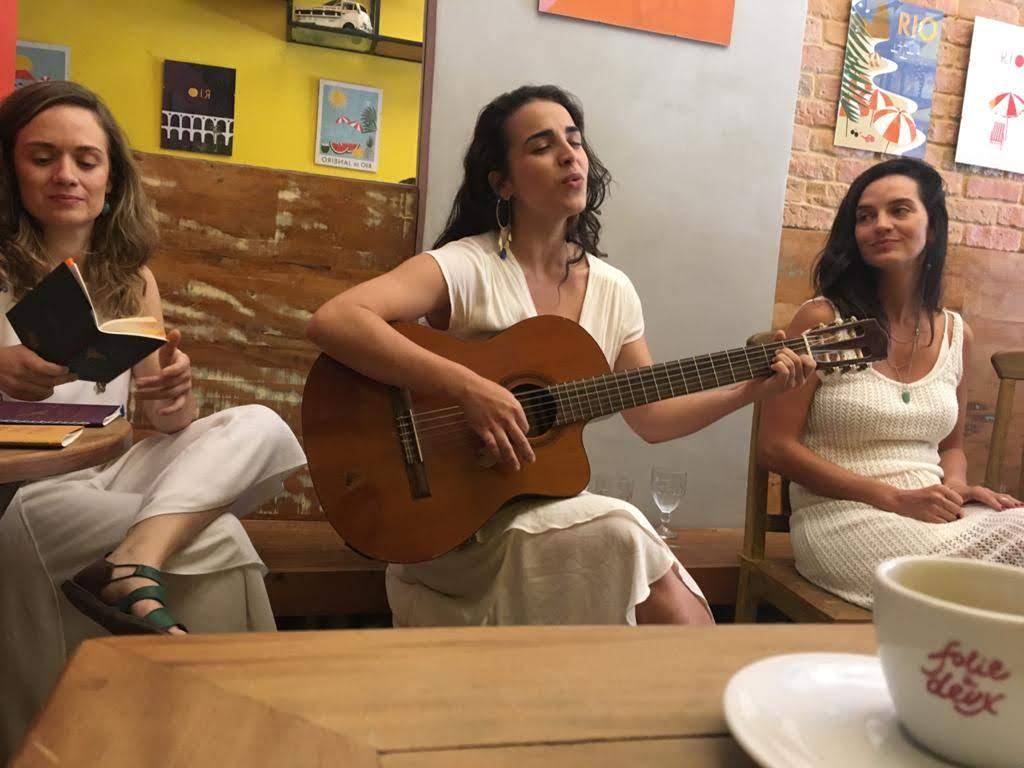 Com Natasha Llerena e Isabelle Borges no Sarau azul de um minuto