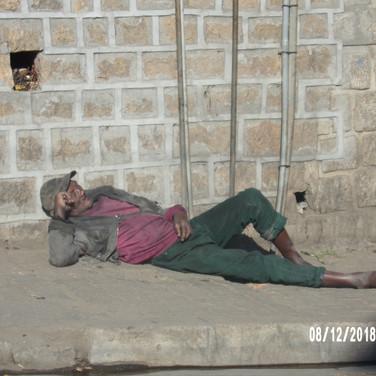 na ulicach jest mnóstwo zebraków i bezdomnych