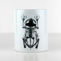 Tasse blanche avec un squelette de grenouille  DISPONIBLE  Quantité : 4  Prix : 15€ Réf : DIV01  Envoi possible, frais de port en sus, 6€ par La Poste ou 4,50€ par Mondial Relay