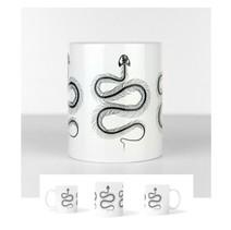 Tasse blanche avec un trio de squelettes de serpents  DISPONIBLE  Quantité : 2 Prix : 15€ Réf : DIV05  Envoi possible, frais de port en sus, 6€ par La Poste ou 4,50€ par Mondial Relay