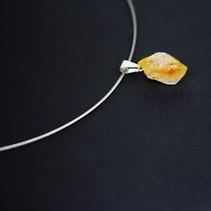 Pendentif en cristal de roche sur un ras du cou  DISPONIBLE Prix : 15€ Réf : BIJ651  Envoi possible, offert