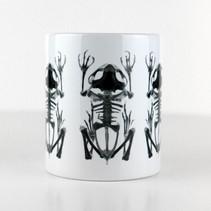Tasse blanche avec trois squelettes de grenouille  DISPONIBLE  Quantité : 5 Prix : 15€ Réf : DIV02  Envoi possible, frais de port en sus, 6€ par La Poste ou 4,50€ par Mondial Relay