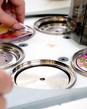 Produktion af badges hos SUN-PRINT