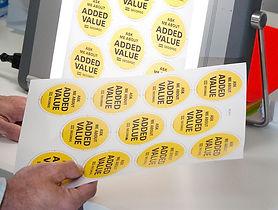 Et printet badge design kvalitets kontrolleres