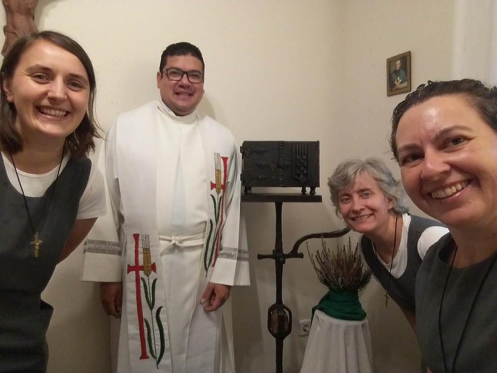 La primera misa en la nueva comunidad.