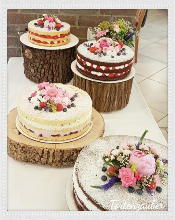 Naked Cake Hochzeit auf Baumstamm