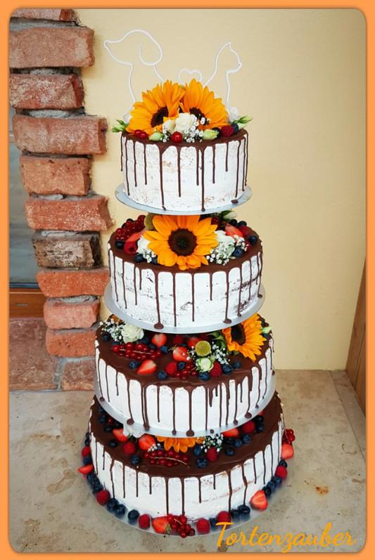 Fruchtige Hochzeitstorte auf Ständer